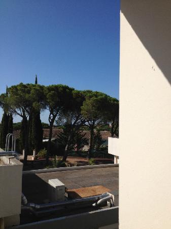 Zenitude Hôtel-Résidences La Tour de Mare : Vue de la chambre 'sur les toits et tuyaux de la clim)