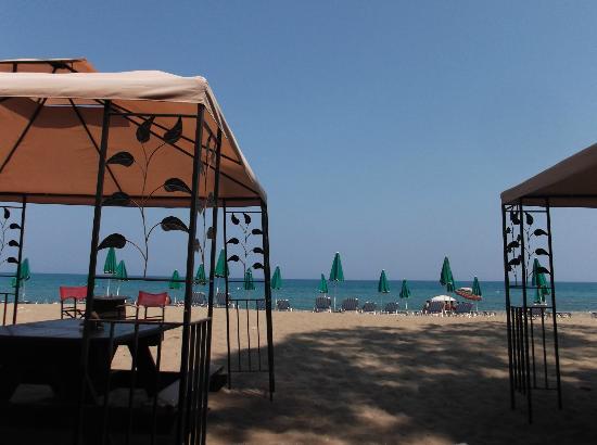 Bougainvillea Hotel Apartments: Beach