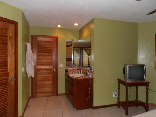 White Sands Cove Resort: Sink/Bathroom area
