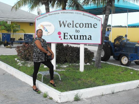 أوجوستا باي: Exuma Airport Sign 