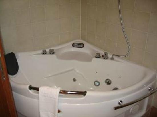 Boutique & Fashion Hotel Maciaconi: vasca - doccia idromassaggio nel bagno