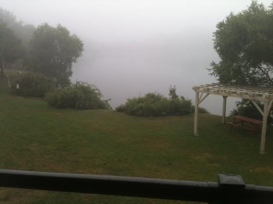 BEST WESTERN PLUS Chocolate Lake Hotel: view of the lake from our room. it was foggy though