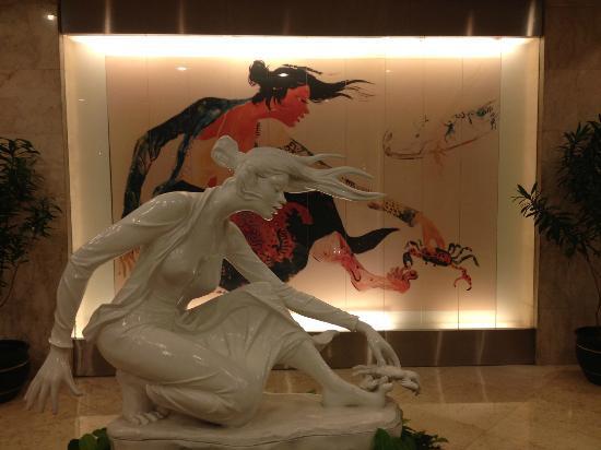 Hotel Ciputra Jakarta: Impressive art in lobby