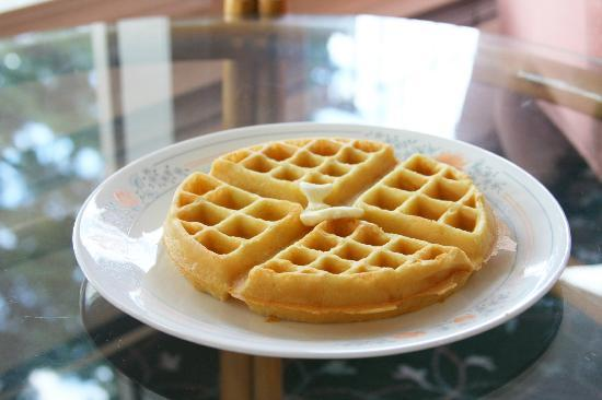 Villa Motel: Waffle breakfast!  (Summer time)