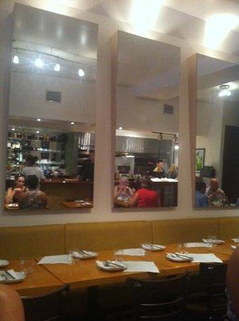 Pyrus Bistronomique : vue de la cuisine via miroir
