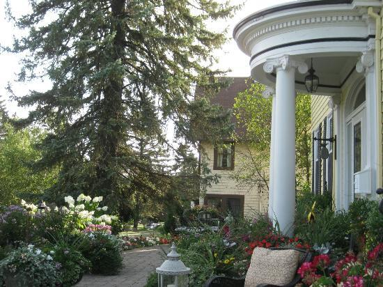 A G Thomson House Bed and Breakfast: The entrance with beautiful gardens