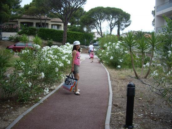 Zenitude Hôtel-Résidences La Tour de Mare : allée parking