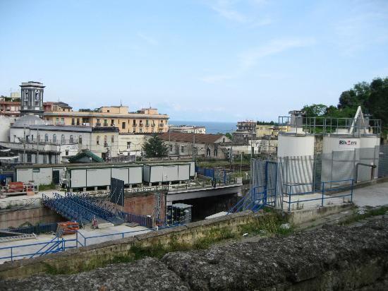 HI Hostel Naples Mergellina: Vue de la terrasse avec station de métro et mer