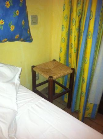 Logis Domaine de Roquerousse : tabouret en guise de table de nuit
