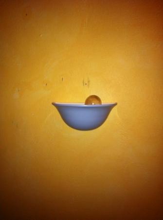 Logis Domaine de Roquerousse : lampe de chevet... cassée!