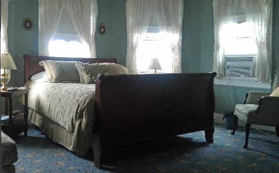 Spring Lake Inn: The bed in the Turret Room.