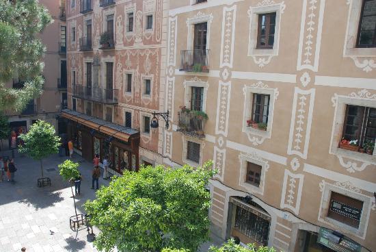 el Jardi: petite place en bas de l'hôtel