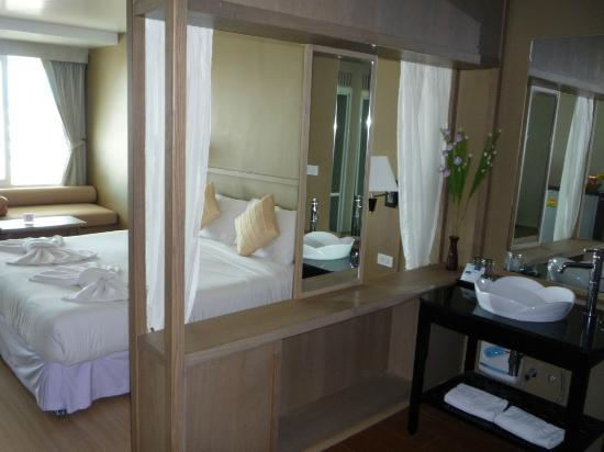 MANATHAI Hua Hin: Our room on 7th, in particular the separation of bedroom and bathroom