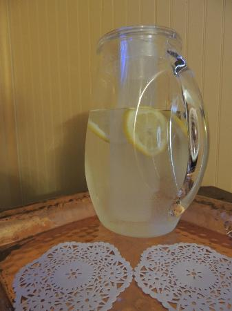 The Kirk House Bed & Breakfast: Lemon water