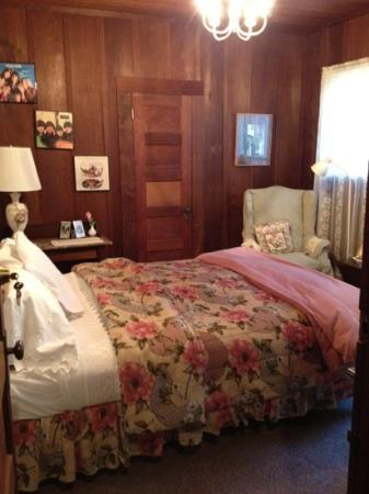 Fairview Manor Bed and Breakfast Inn: the 60's room. avoid as it is not en suit