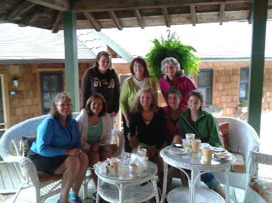 Whaleback Inn: Great place to stay! Our group having tastey breakfast