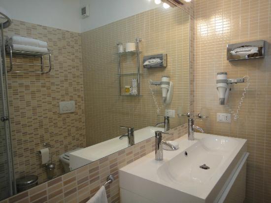 Trevi 41 Hotel: Secador de pelo y accesorios
