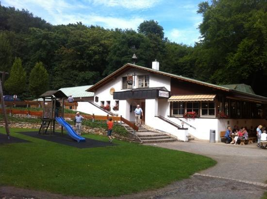 Waldwirtschaft Malepartus: view of gasthaus and play area