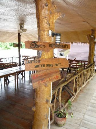 River Kwai Botanic Garden Resort: Area entering the raft rooms on the river