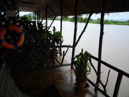 River Kwai Botanic Garden Resort: Balconies of the floating rooms