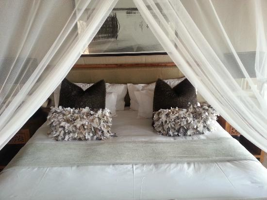 Nambiti Hills Private Game Lodge: The bed, with lovely cushions