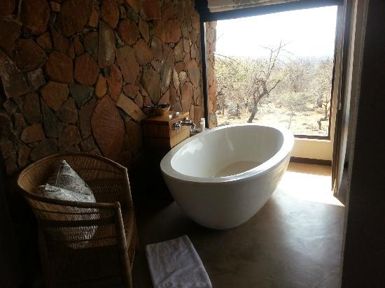 Nambiti Hills Private Game Lodge: The bath in our room