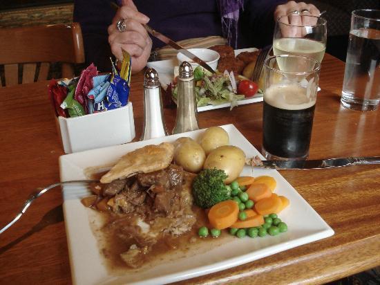 Standing Stones Hotel: beef pie and Dark Island ale