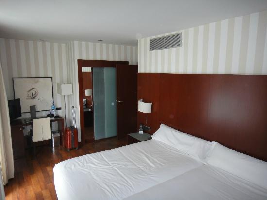 Hotel Zenit Borrell: armario y escritorio
