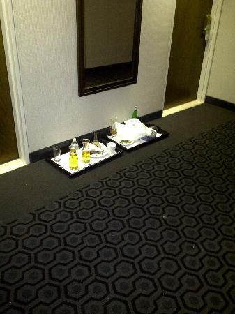 Sheraton Ottawa Hotel: Food left in the halls!