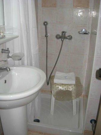 Hotel Triton: Tiny, but spotless bathroom