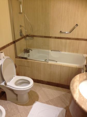 Madinah Movenpick Hotel: Movenpick Madinah bathroom
