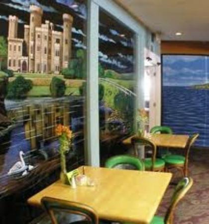 Danny Boy's Irish Pub & Restaurant: Beautiful Glasswork depicting an Irish Castle