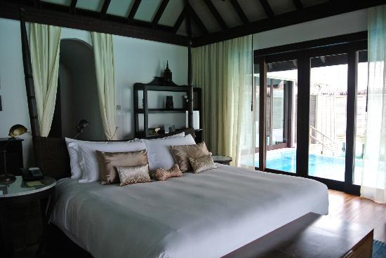 Anantara Kihavah Maldives Villas : Our chamber with the private pool next to the bed