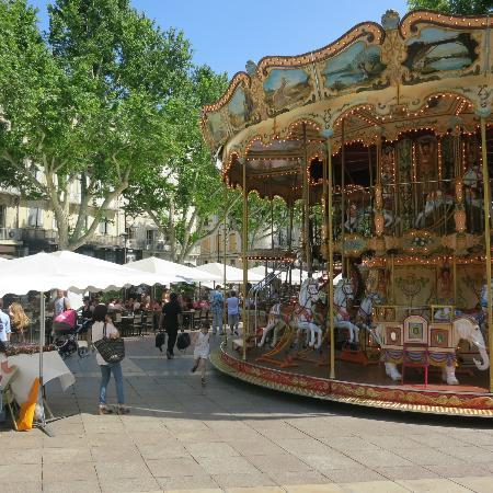 Ferris Wheel in Avignon: Enjoy a drink and the view