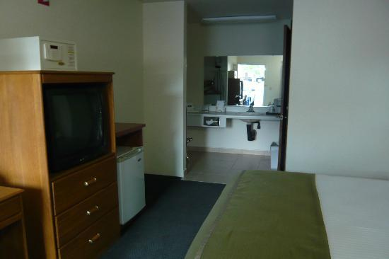 Howard Johnson Express Inn- Roseburg: Bedroom and vanity area