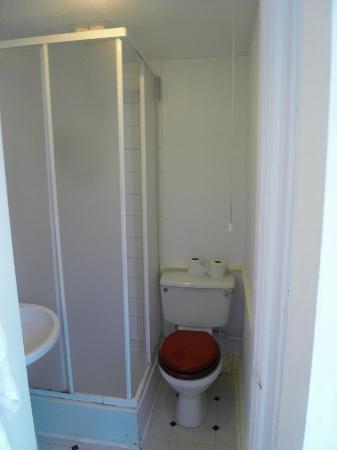 Elsinore Hotel: cramped bathroom