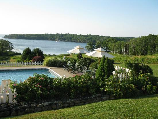 Strawberry Hill Seaside Inn: Pool, waterfront