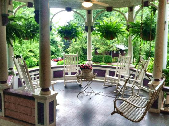 Beaufort House Inn: My favorite part of the inn - the rocking chairs on the porch