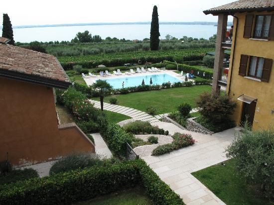 Corte Ferrari: Pool and garden