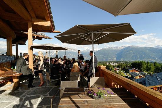 LeCrans Hotel & Spa : Terrasse avec vue sur les Alpes suisses : MAGNIFIQUE !
