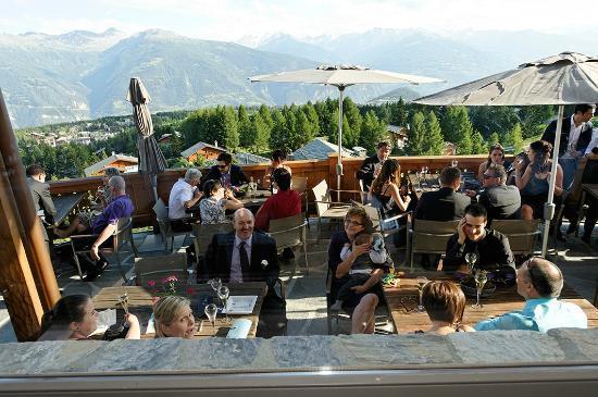 LeCrans Hotel & Spa : Vue plongeante depuis l'intérieur du restaurant sur la terrasse...