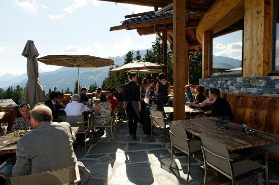 LeCrans Hotel & Spa : Vue sur la terrasse depuis l'angle gauche
