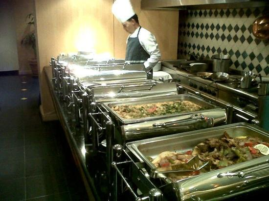 Madinah Moevenpick Hotel: dining