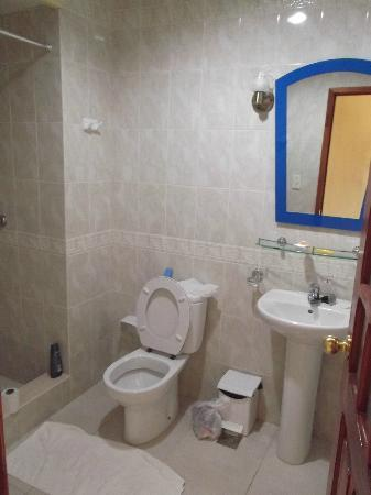Islazul Hotel Pinar del Rio: Salle de bain moderne de la chambre 522 en avril 2012.