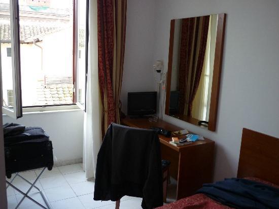 Hotel Arenula: Chambre à coucher