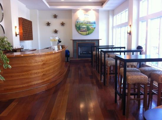 Harborfront Inn at Greenport: breakfast and coffee area