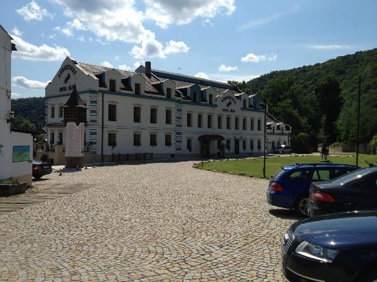 Romantic Hotel Mlyn Karlstejn: parking area in front of the hotel