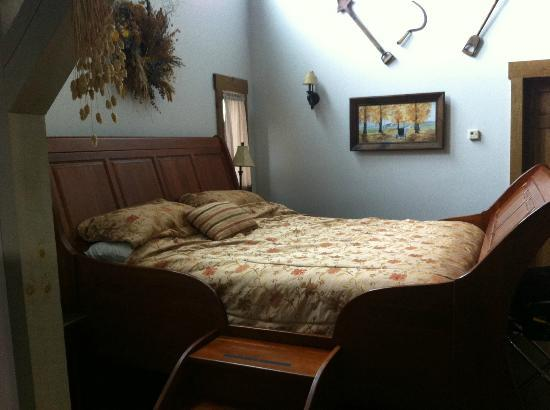 Premier Carriage House Cottages: Master Bed
