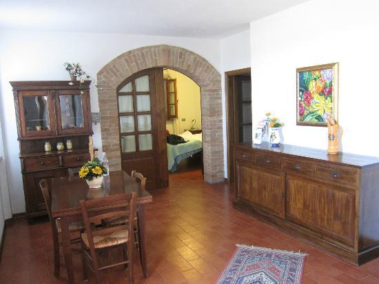 Casale Virgili: View from the living area into the bedroom