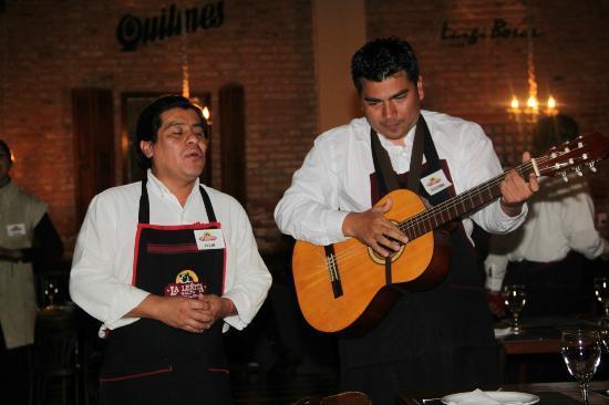 La Lenita: mientras cenas, los mozos cantan.
